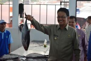 Bupati Agam Indra Catri di Los Ikan Modern Pasar Padang Baru Lubuk Basung