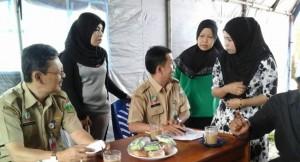 Pedagang Pasar Padangpanjang meminta informasi kepada petugas di Posko Pemindahan pedagang ke TPS (Humas Pemko Padangpanjang)