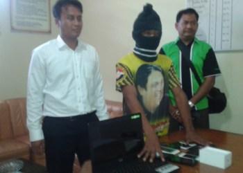 Rudi Parmansyah tsk pencurian spesialis barang elektronik diapit Kasat reskrim dan Paur Humas Polres Agam. (fajar)