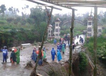 Tim gabungan bersama warga membersihkan lumpur yang menutup badan jalan tembus Magelang-Boyolali akibat terseret banjir bandang. (foto: Sutopo PN via twitter)