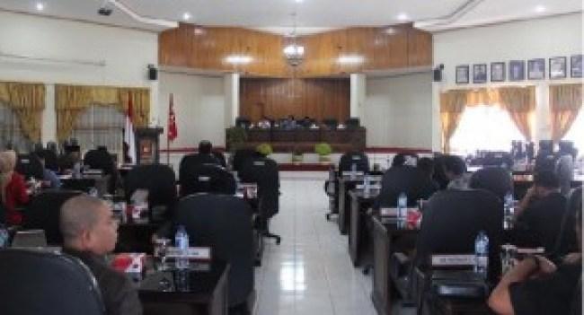 Rapat antara DPRD Kab.Agam dengan pihak eksekutif di aula gedung DPRD Agam baru-baru ini. (fajar)