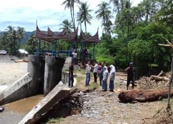 Komisi IV DPRD Padang meninjau irigasi jebol di Kel.Koto Panjang Ikur Koto, Kec.Koto Tangah. (baim)