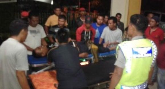 Evakuasi korban  kecelakaan Bus Po Mandala jurusan Pasaman-Padang di Nagari Bawan, Senin (25/4) malam. (fajar)