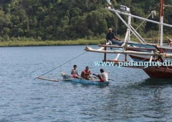 Aktifitas nelayan kapal bagan di perairan Mandeh Koto XI Tarusan. (febry)