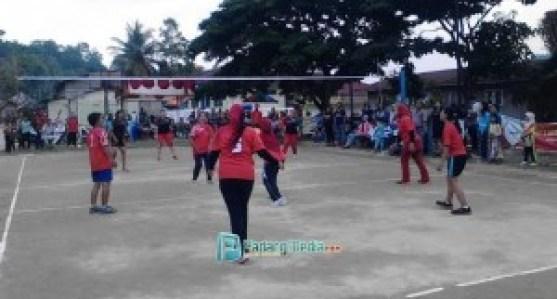 Tim voli berlaga di Kejuaraan Nagari Cup Sawahlunto. (tumpak)