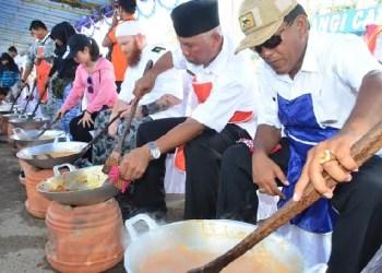 Walikota Padang bersama para koki kapal asing dan peserta lainnya membauat rendang di Pantai Padang, Rabu (13/4). (der)