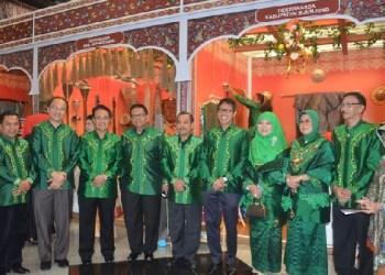 Gubernur Sumbar bersama Bupati dan Wakil Bupati Agam dan lain-lain di pameran Inacraft 2016 di JCC, Jakarta. (ist)