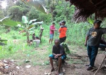 Tim pencarian peladang yang hilang di Sungai Tawar Tarusan, Pesisir Selatan beristirahat sejenak, Sabtu (7/5). (febry)