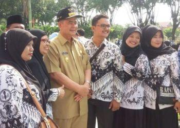 Wagub Sumatera Barat Nasrul Abit foto bersama guru-guru yang  sekolahnya berhasil mendapatkan prediket sebagai penyelenggara pendidikan terbaik dalam rangka Hardiknas 2016. (ist)