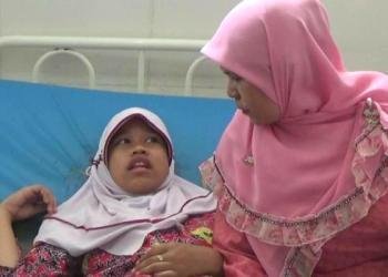 Salah seorang siswa SDN 09 yang diduga keracunan makanan didampingi Kepala SDN 09 Eli Darni di RSUD Rasyidin. (febry)
