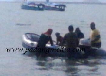 Proses penyelamatan siswa SD hanyut di Tanjung Mutiara, Minggu (5/6). (fajar)