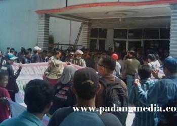 Aksi demo massa Pekat IB di gedung DPRD Padang, Rabu (15/6). (baim)