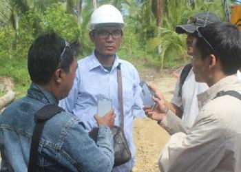 Manager lapangan PT. Rimbo Peraduan saat di wawancari di lokasi pembangunan jembatan Monga Desa Mara, Kec. Sipora Selatan. (ers)