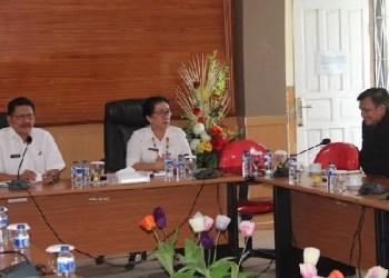 Pimpinan Cabang Utama BNI Padang saat pertemuan dengan Asisten I dan Asisten II di aula pertemuan sekretariat umum daerah. (ers)