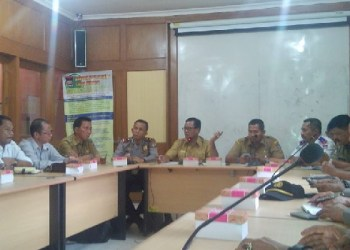 Rapat bersama unsur TNI dan Polri terkait rencana pembongkaran bangunan di  Jalan Samudera di Mako Pol PP Padang, Selasa (9/8). (der)