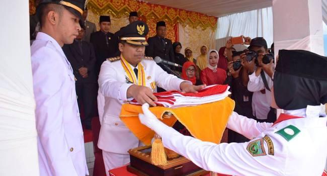 Walikota PAdangpanjang Hendri Arnis menyerahkan Bendera Merah Putih kepada Paskibra pada upacara peringatan HUT RI ke 71, Rabu (17/8). (HUMAS)