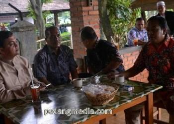 Wakil Ketua DPRD Sawahlunto, Weldiso dan anggota DPRD Sawahlunto, Jaswandi bersama perantau Talawi di Jakarta. (tumpak)