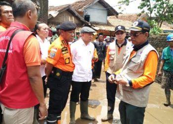 Kepala KSP, Kepala BNPB dan Kepala Basarnas blusukan meninjau lokasi banjir bandang Garut. (foto: Sutopo PN)