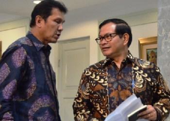 Seskab Pramono Anung dan Menteri Pemberdayaan Aparatur Negara Asman Abnur usai rapat terbatas di Istana Negara, Selasa (20/9) sore. (foto: Humas Setkab)