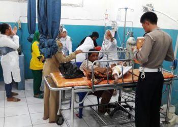 Bintang Bidadari (3) yang menjadi korban kecelakaan bersama ibunya di Manggopoh, Agam, saat mendapat perawatan di RSUD Lubuk Basung, Senin (3/10). (fajar)