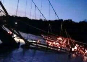 Jembatan penghubung Nusa dan di Kabupaten Klungkung, Bali ambruk menyebabkan delapan orang tewas dan puluhan lainnya luka-luka, Minggu (Sutopo PN)