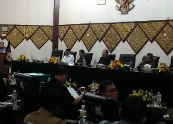 Banggar DPRD Padang melaporkan hasil pembahasan APBD P Kota Padang tahun 2016. (baim)