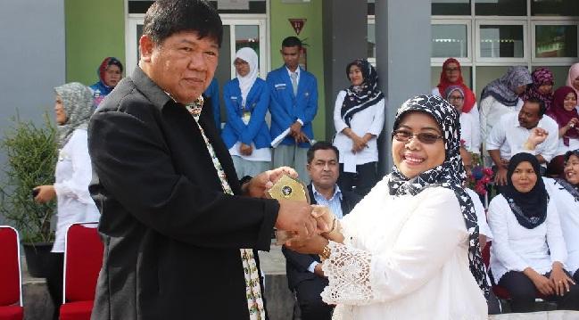 Kepala SMK-SMAK Padang, Sih Prmawati memberikan cenderamata kepada Kepala Photharam Technical College, Mr. Choosak  Nayasunthonkul saat tiba di Padang, Senin (3/10). (der)