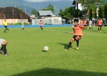 Tim sepakbola Kota Padang berhadapan dengan tim Kota Solok di tanding pendahuluan Porprov XIV. (der)