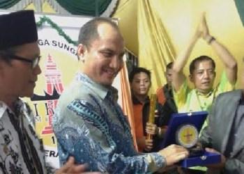 Wabup Agam, Trinda Farhan menerima cindera mata usai peresmian bangunan pertemuan milik perantau Sungai Batang, Agam di Serang, Banten. (fajar)