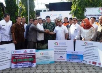Menperin Airlangga Hartarto bersama jajarannya menyerahkan sejumlah bantuan untuk korban gempa di Pidie Jaya, Aceh, Rabu (28/12). (Kemenperin)