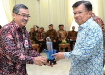 Sekjen Kemenperin Syarif Hidayat menerima Anugerah Keterbukaan Informasi dari Wapres Jusuf Kalla, Selasa (20/12). (Kemenperin)