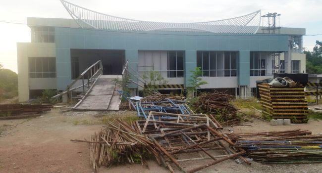 Kondisi gedung baru RSUD M Zein Painan di Bukit Taranak Painan Selatan yang terbengkalai setelah pembangunannya terhenti terganjal AMDAL. (fahmi)