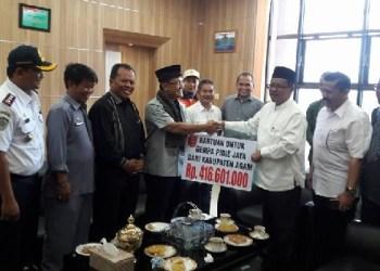 Bupati Agam, Indra Catri menyerahkan langsung bantuan bagi korban gempa Pidie Aceh. (ist)