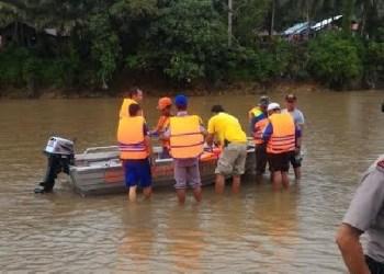 Proses pencarian korban hanyut di Batang Masang, Agam. (fajar)