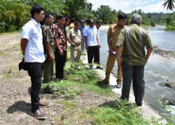 Komisi IV DPRD Sumbar meninjau proyek normalisasi Batang Nareh Padang Pariaman, Selasa (21/2). (ist)