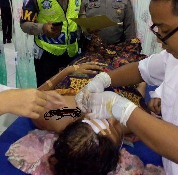 Korban lakalantas tengah mendapat perawatan. (fahmi)