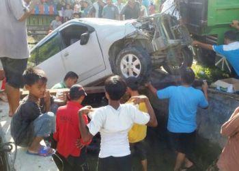 Sebuah mobil minibus merek Avanza tercebur masuk parit di Jalan Raya Pasar  Baru - Asam Kumbang, Kecamatan Bayang Kabupaten Pesisir Selatan, Minggu (5/2) siang. (fahmi)