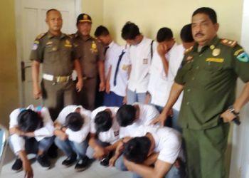 Sebagian pelajar bolos yang digelandang ke Mako Pol PP Pesisir Selatan, Selasa (7/2). (fahmi)