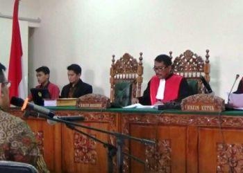 Mantan Kajati Sumbar Widodo hadir sebagai saksi dalam sidang kasus dugaan suap Jaksa Farizal di Pengadilan Tipikor Padang, Jumat (17/3). (bnr)
