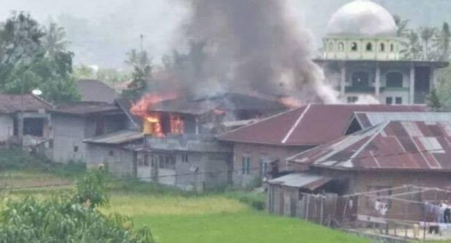 Api berkobar membakar rumah orangtua anggota DPRD Kabupaten Agam, Dodi, Sabtu (25/3) sore. (fajar)