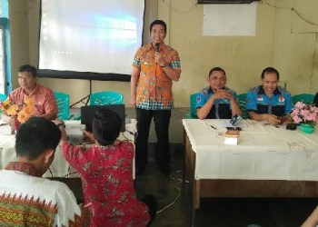 Camat Nanggalo Teddy Antonius saat pembinaan Karang Taruna di Kampung Lapai Kec. Nanggalo, Kamis (2/3). (der)