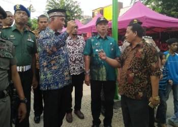 Walikota Padang H. Mahyeldi didampingi Camat Padang Barat Arfian berbincang dengan pedagang Permindo. (der)