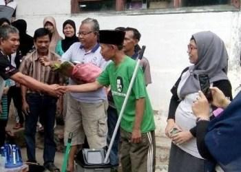 Anak Arang 90 Sawahlunto menyalurkan bantuan gerakan seribu kepada warga tidak mampu. (tumpak)