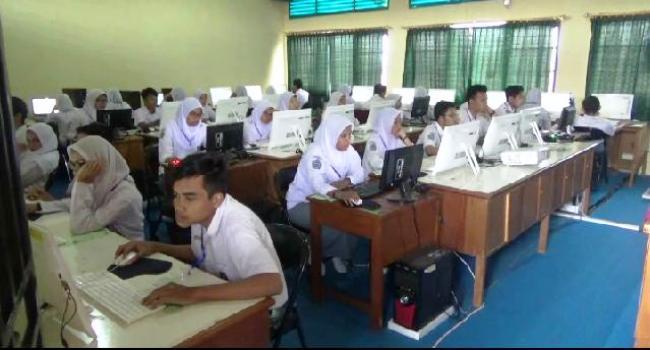 Susasana UNBK di SMAN 3 Padang. (dio)