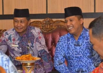 Hendri Arnis bersama Kepala Kemenag Kota Padangpanjang, Gusman Piliang. (humas)