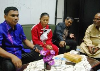 Anggota DPRD Sumbar Yuliarman menerima kedatangan atlet angkat berat peraih empat medali emas kejuaraan Asia asal Sumbar, Sandra Diana Sari di gedung DPRD Sumbar, Jumat (12/5). (arn)