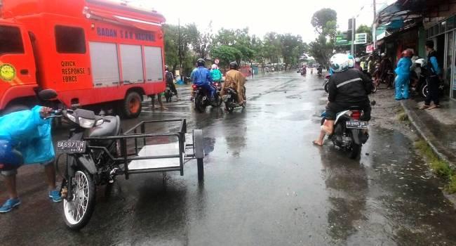 Salah satu titik banjir di depan SDN 03 Alai, Padang Utara Kota Padang, Rabu (31/5). (febry)