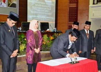 Penyerahan LHP BPK RI terhadap LKPD Sumatera Barat tahun 2016, Senin (22/5). (febry)