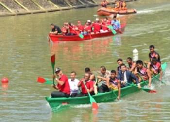 Tanding eksebisi antara walikota Padang dan walikota Fremantle, Australia. dalam Festival Selaju Sampan Tradisional di Banjir Kanal Banda Bakali, GOR H. Agus Salim, Selasa (2/5).(der)