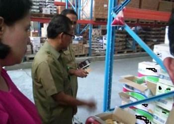 Balai Besar BPOM Padang sidak ke gudang distributor, Selasa (16/5) untuk memastikan barang konsumsi yang beredar di masyarakat selama bulan puasa layak dikonsumsi dan tidak kadaluarsa. (dio)
